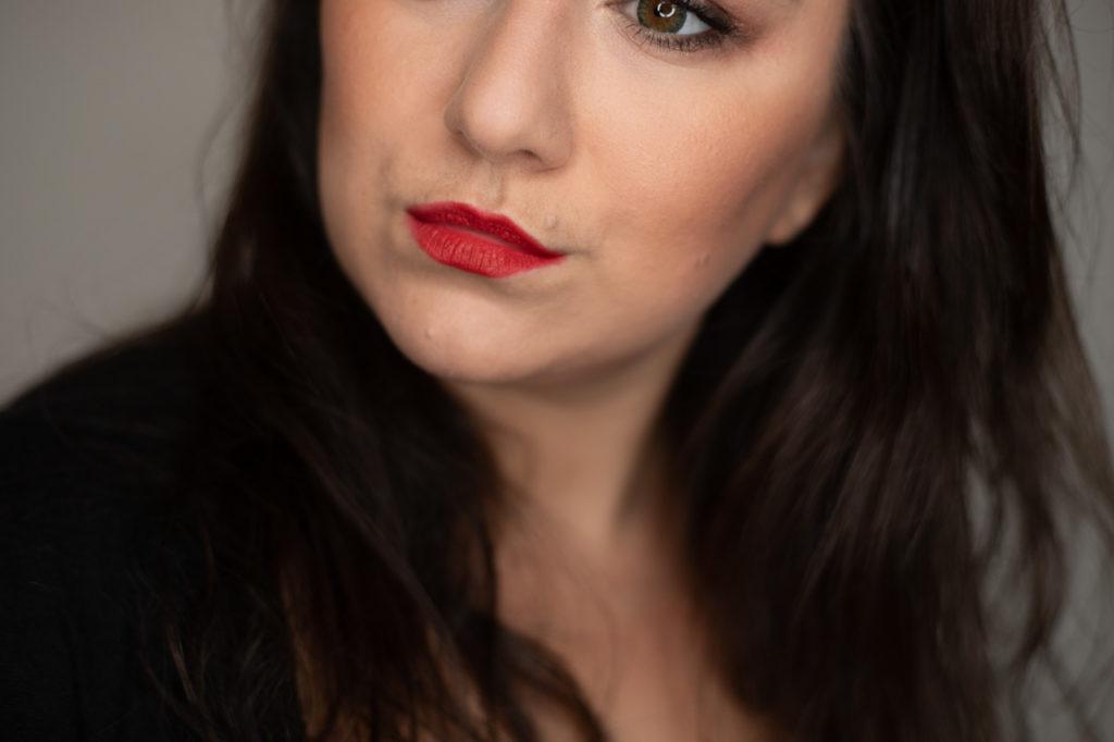 Schöne Frau mit tollen Make Up und roten Lippen.