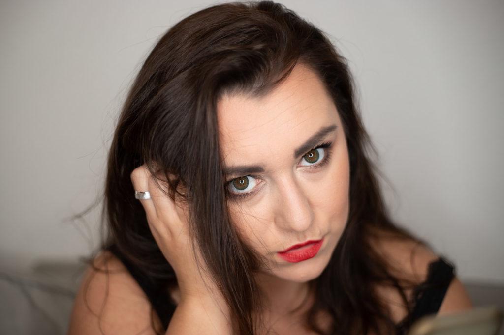 Schöne Frau mit tollen Make Up und roten Lippen. Schöner Ring im Mittelpunkt.